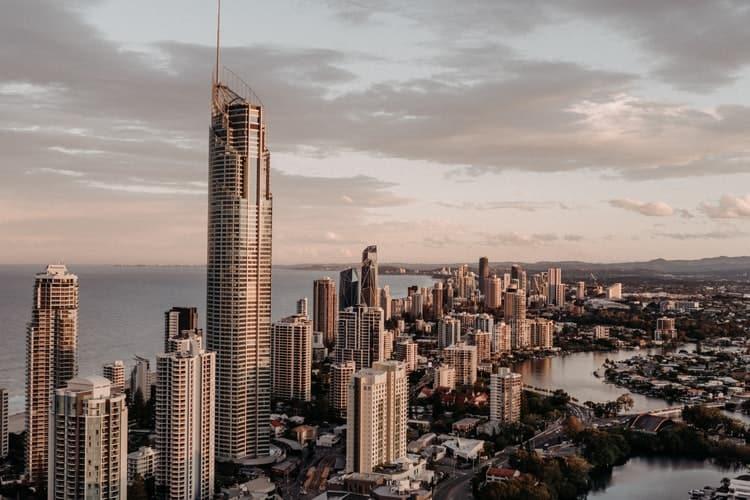 Ciudad con edificios altos  Descripción generada automáticamente